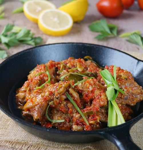 Membuat hidangan spesial dengan resep ayam rica-rica spesial pedas
