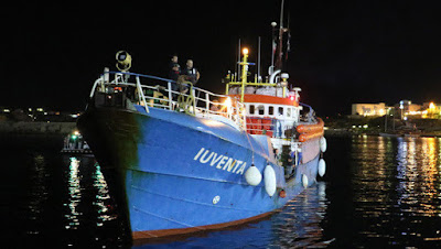 Deutsches-NGO-Schiff-vor-Lampedusa-abgefangen-Routinekontrolle-story-581600_630x356px_50ede65c41afac41cc1f3c69b8cab76d__apae85_tmp_jpg.jpg