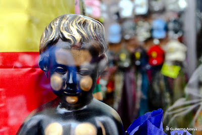 Manneken pis on sale, by Guillermo Aldaya / PhotoConversa