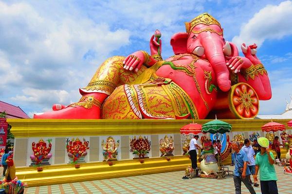 """""""Wat Saman Rattanaram""""   Wat Saman Rattanaram - Công trình kiến trúc đặc biệt chỉ có tại Thái Lan Wat Saman Rattanaram là một công trình kiến trúc đặc biệt chỉ có tại Thái Lan, bởi đền không chỉ thờ tín ngưỡng của Phật mà cả Ấn giáo và Đạo giáo. Bên trong đền thờ còn có nhiều cảnh quan đẹp, các bức tượng Thần chạm khắc tinh tế. Đây là điểm hành hương chiêm bái rất quan trọng của người Thái Lan."""