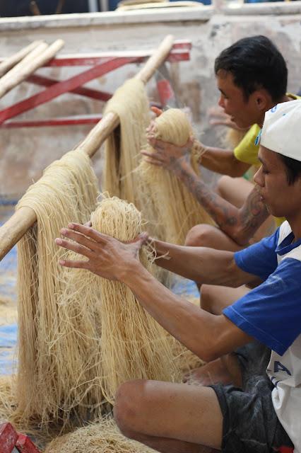 Misoa sedang dikemas oleh pekerja