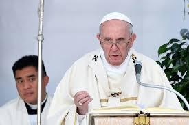 A foto mostra o papa pregando para o povo.