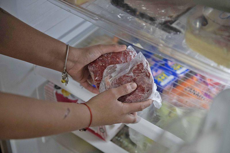 Sepa por qué los científicos descongelan la carne antes de tirarla a la parrilla