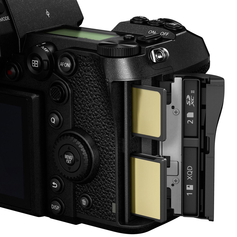 Слот для карт памяти XQD и SD в камере Panasonic Lumix S1