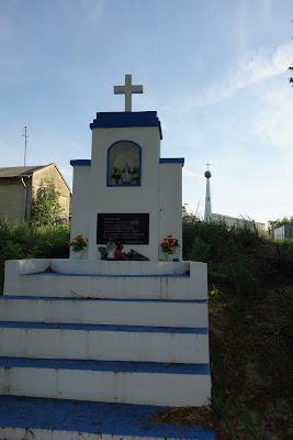 Kapliczka Matki Bożej w Skierniewicach, w oddali po prawej kościół pw. św. Józefa Oblubieńca NMP