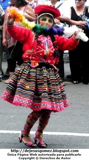Foto de la cuzqueña bailando en el pasacalle de Plaza Mayor de Lima por Jesus Gómez