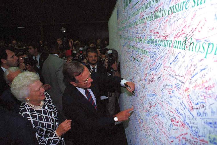 O presidente dos EUA assina um painel simbólico.