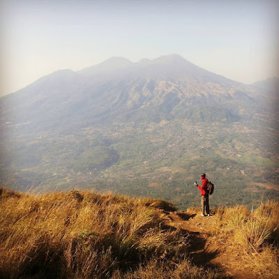 foto pemandangan gunung arjuna dari puncak gunung penanggungan