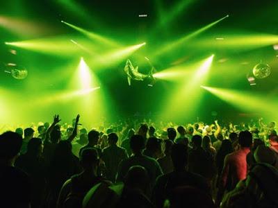 Serata techno in una discoteca
