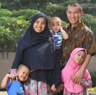 Foto keluarga Felix Siauw istri dan anaknya