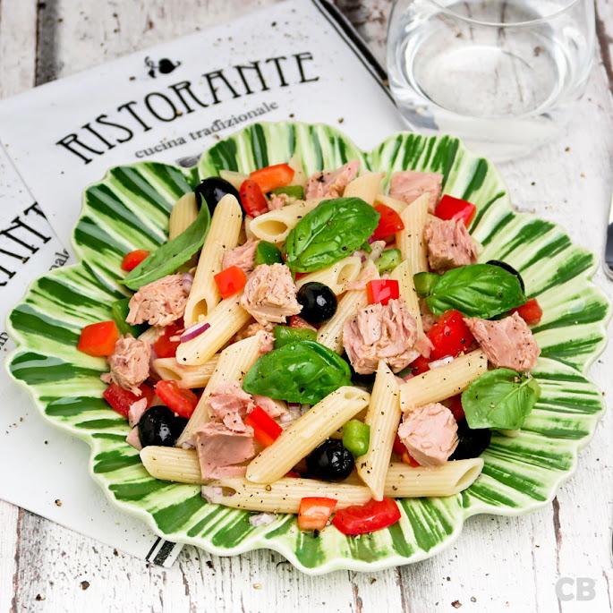Frisse, zomerse pastasalade met tonijn en knapperige groenten