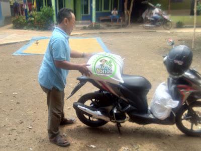 Pak Dadang di warung benih  MANGYONOcom