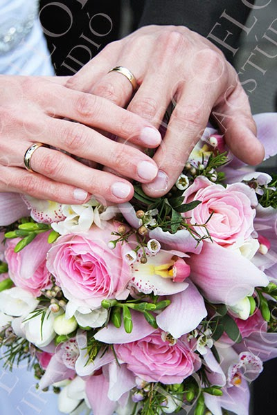 Rózsaszín rózsa és orchidea menyasszonyi csokor