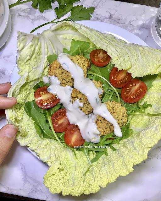 Falafel veganos al horno con salsa de yogur