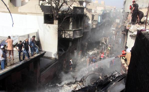 Karaçi: PIA uçağı inişten önce düştü