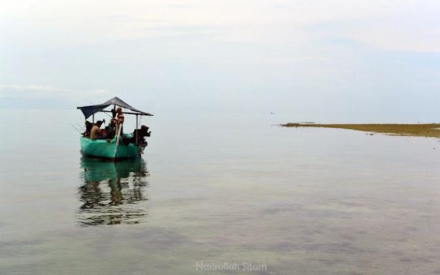 Nelayan memancing ikan karang di sekitaran pulau gosong