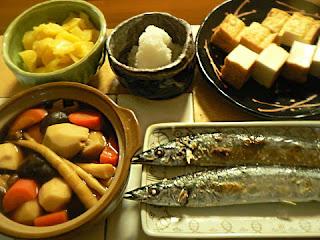 今日の夕食 里芋 サンマ塩焼き 沢庵 大根おろし 厚揚げ