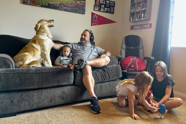 Майк Норкин и трое его детей дома на озере Эльсинор, Калифорния.
