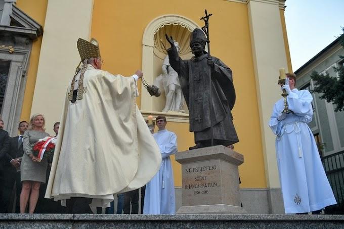 Debrecenben felavatták II. János Pál pápa szobrát
