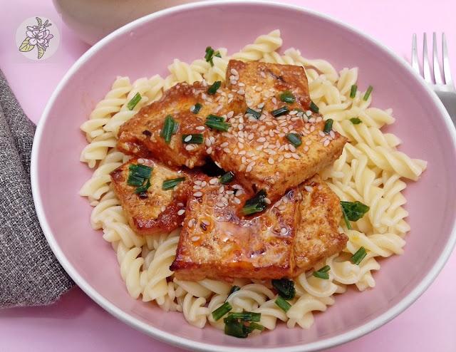 Tofu en salsa agridulce picante, receta vegana.