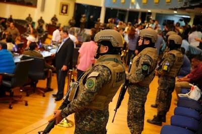 Presidente Bukele irrumpe con militares en Congreso para exigir préstamo