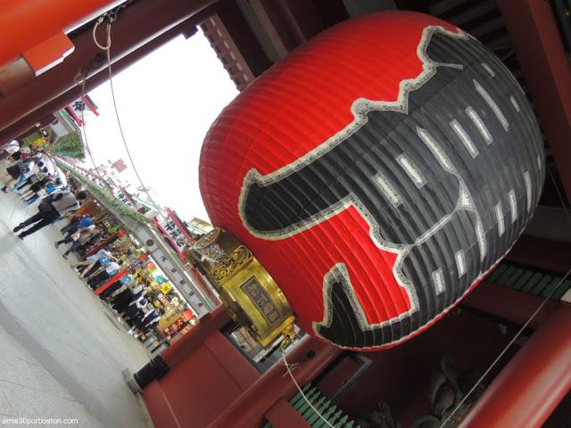 Farol de la Puerta Kaminarimon en el Templo Sensoji