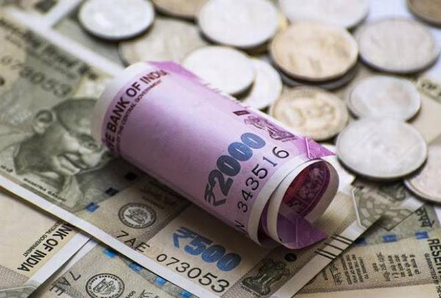 अमेरिकी डॉलर के मुकाबले रुपये के अब तक के न्यूनतम स्तर पर पहुंचने के लिये बाहरी कारण - सरकार