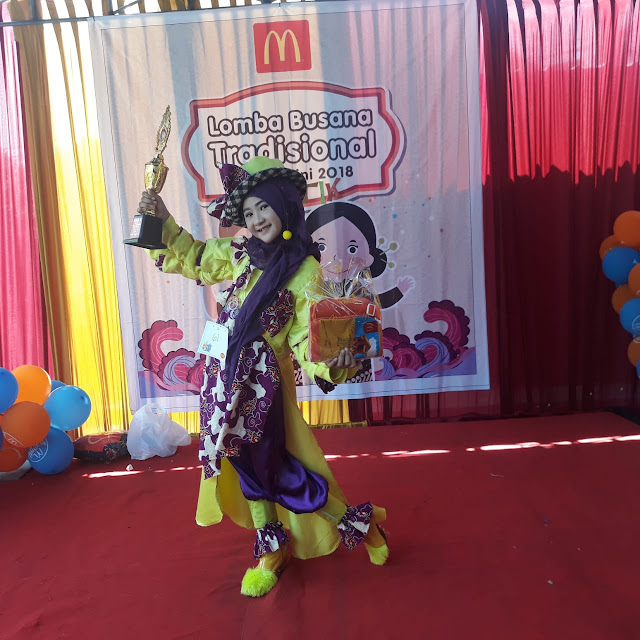 Azzahrotus Safia Juara 1 Lomba Fashion Show Anak bertema 'Ethnic Glamour' yang diadakan Komunitas Hijabers Gresik dan Dispora Gresik