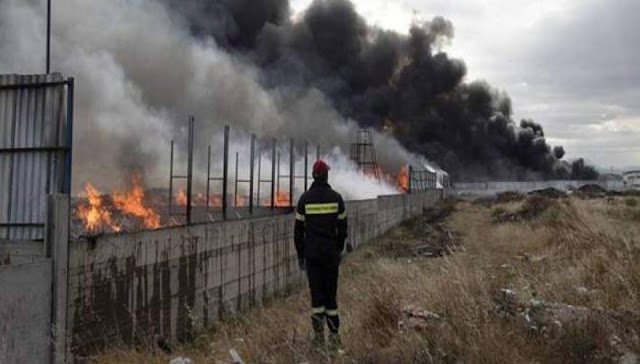 Για άλλη μια φορά σκορπίζουν θάνατο στο Θριάσιο. Μεγάλη φωτιά σε βιομηχανία χρωμάτων στον Ασπρόπυργο