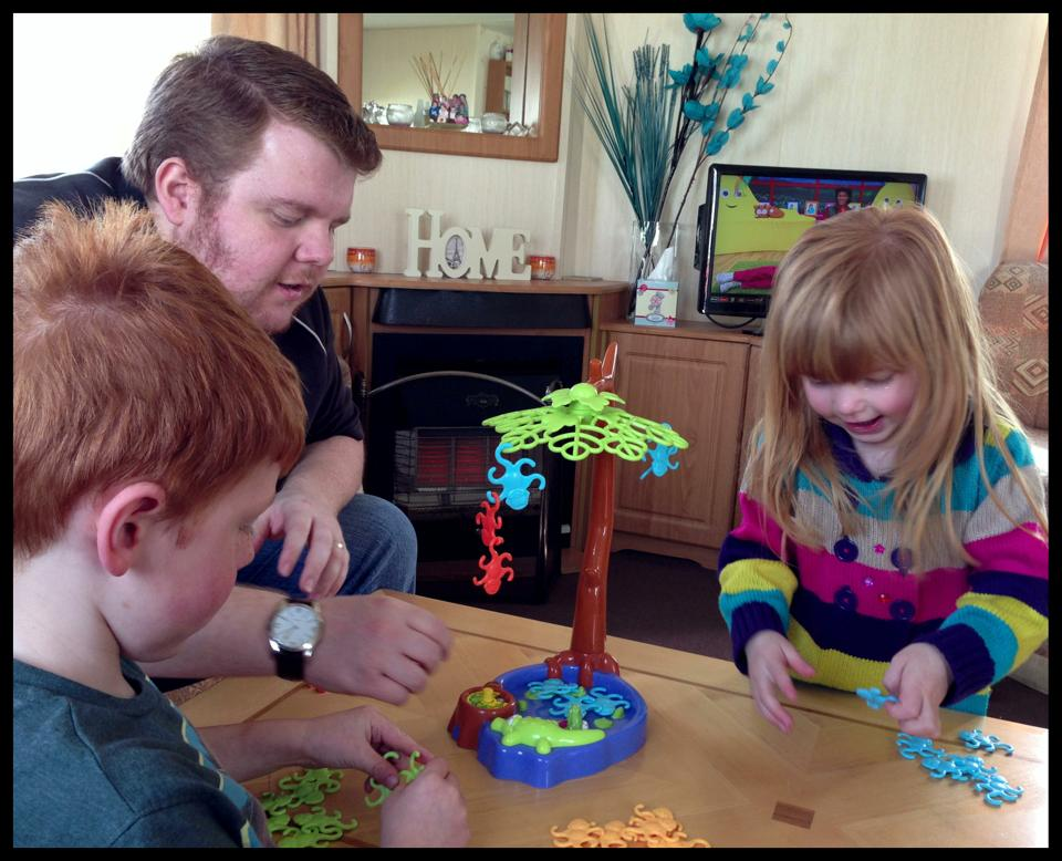Top Family Board Game - Tumblin' Monkeys