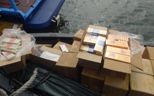 Hải quan Việt Nam bắt giữ xuồng máy chở thuốc lá lậu vi phạm vùng biển chủ quyền