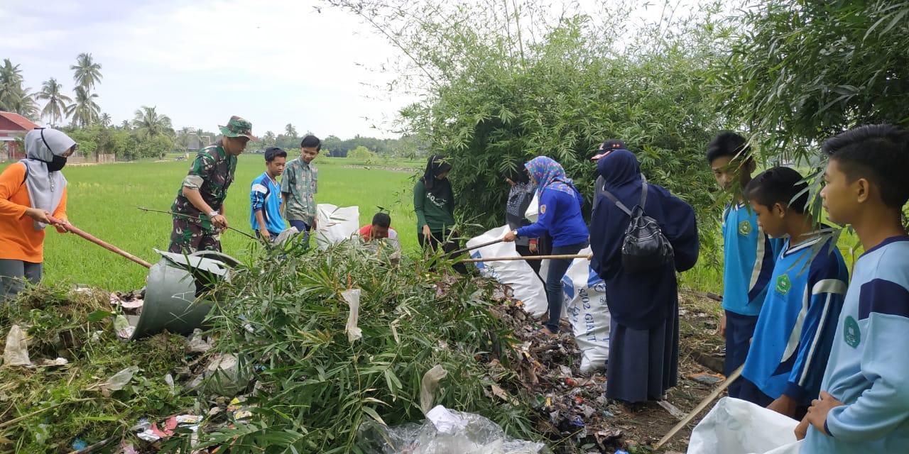 Babinsa Birayang Ajak Siswa Bersih Bersih Lingkungan Dan Budayakan Hidup Sehat