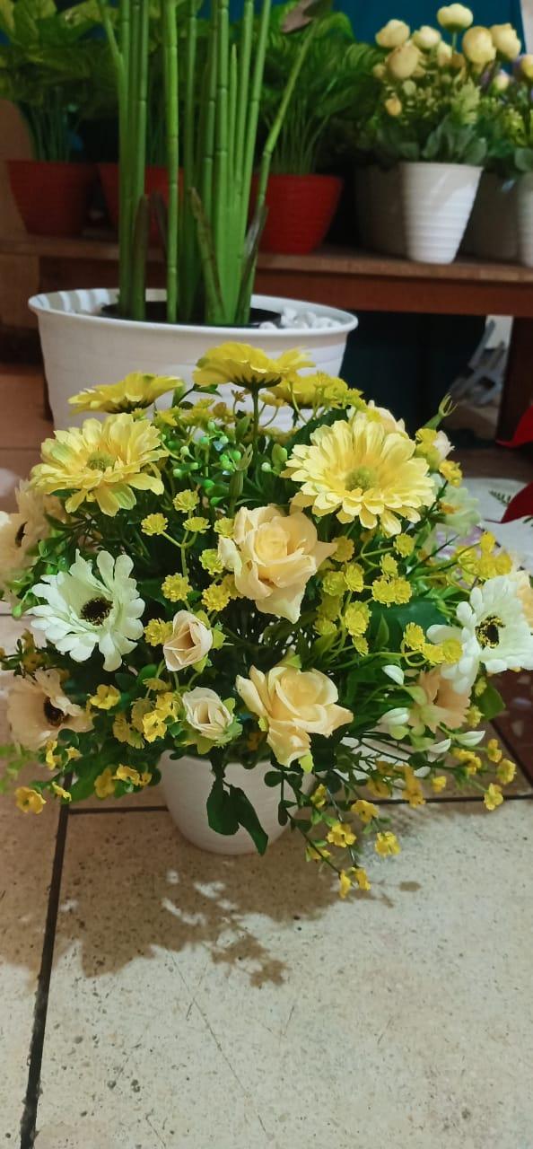 Keindahan adalah cahaya yang memancar dari kesunyian jiwa dan menyinari tubuh, seperti kehidupan yang datang dari kasih bumi yang memberikan warna bunga keindahan dan mencipta dalam kalbu apa yang disebut cinta, yang tercipta antara laki-laki dan perempuan (Khalil Gibran)