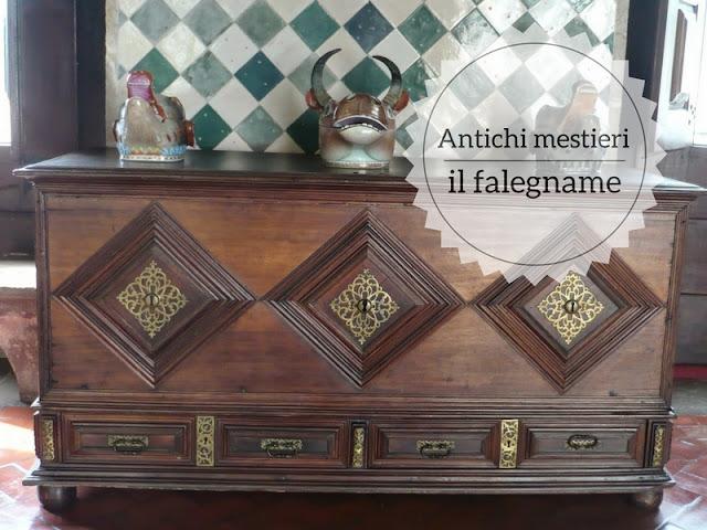 Antichi mestieri che stanno scomparendo: il falegname. Mobile in legno nel Palacio National di Sintre