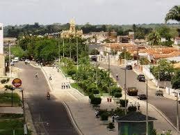 Em Guarabira PB, garis fazem apelo á população para colocar luvas e máscaras dentro de sacos plásticos.