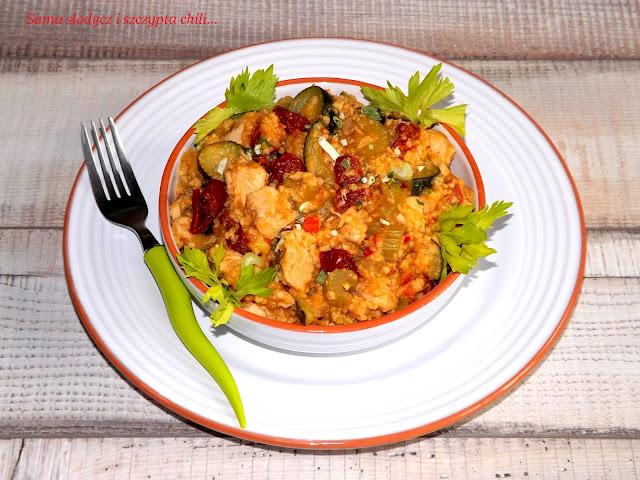 Kaszotto jaglane z kurczakiem, selerem naciowym, cukinią i pomidorami.