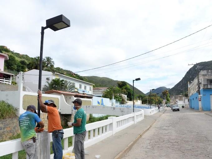 Prefeitura de Jacobina instala postes de iluminação na Rua Margem Rio do Ouro