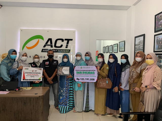 Ketua PIKABAS Aceh, Cut Nurul Hayati beserta pengurus dan anggota PIKABAS menyerahkan donasi sebesar Rp.125.191.000 untuk Palestina, yang diterima secara simbolis oleh Koordinator ACT Aceh, Zulfurqan