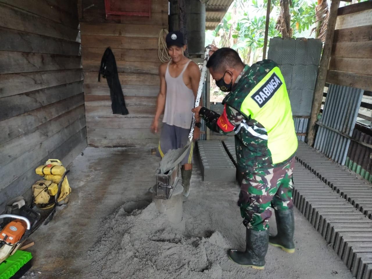 Babinsa Joni Adriyan Lakukan Komsos Dengan Pengrajin Batu Batako