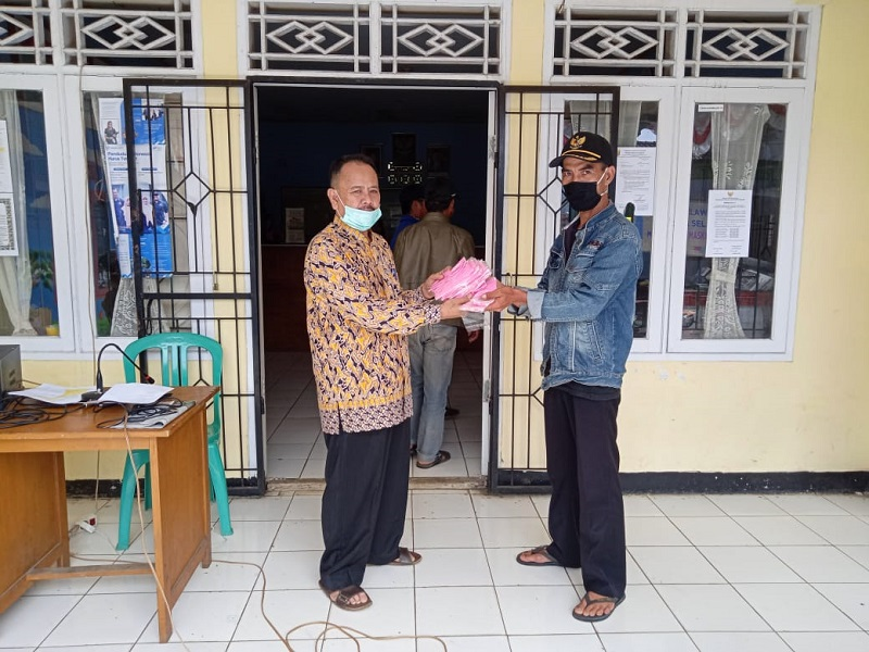 Kades Selawangi Bersama Satgas Covid 19 Pimpinan Penyemprotan Disinfektan,Pembagian Bangub Dan Masker