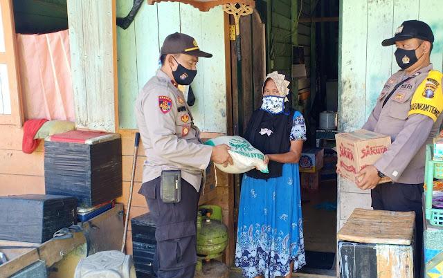 Polsek Kahut Berikan Bantuan Sembako Kepada Masyarakat Kurang Mampu