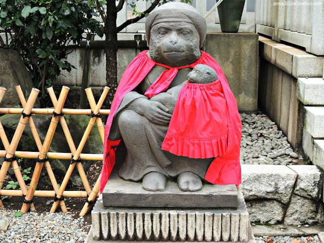 Mono Hembra y Bebé en el Santuario Hie, Tokio