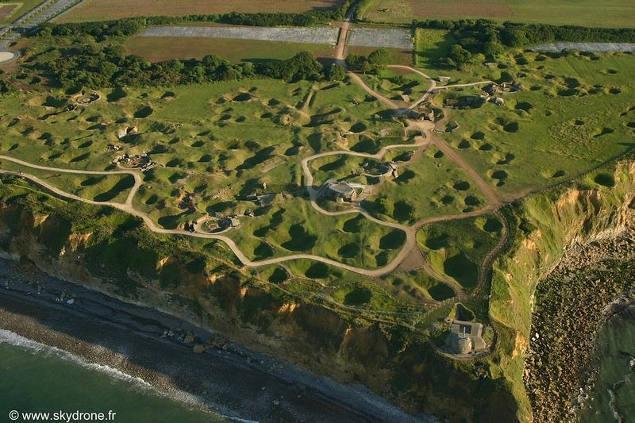 Los cráteres aun visibles de Pointe du Hoc, Normandía.