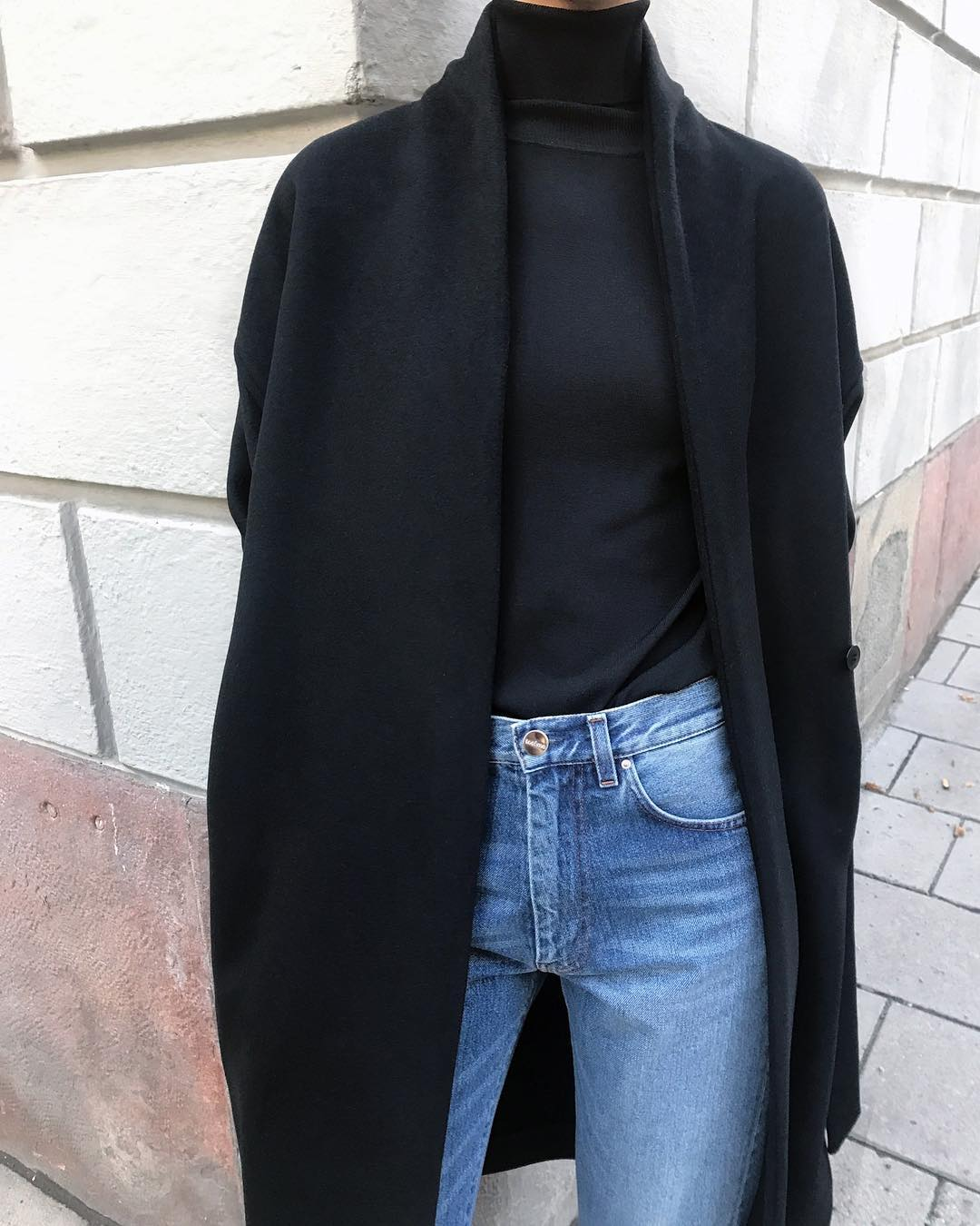 Minimalist Fall Outfit Idea — Black Coat, Turtleneck, and Jeans