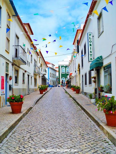 Sendo Junho, o mês dos Santos Populares... algumas ruas, salpicam-se de cores, alegria... aprontando-se para os bailaricos da quadra... e alguns amores... / Being June, the month of the Popular Saints... some streets begin to fill with colors, joy and flowers... getting ready for the celebrations of this time of the year...