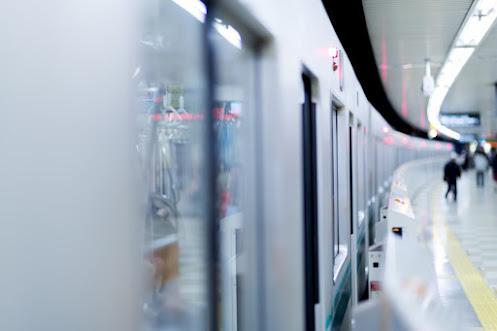 通勤に使う電車がホームに停車イメージ