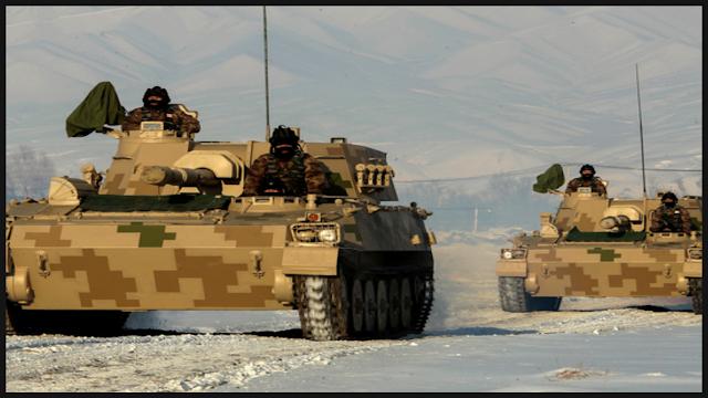 भारतीय सीमा के पास चीनी टैंकों ने बरसाए बम, थर्रा उठीं लद्दाख की पहाड़ियां ।