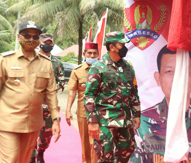 Ketua Tim Wasev Mabesad menerima paparan dari Komandan Satgas TMMD Letkol Inf Zainal Abidin Rambe,S.Sos