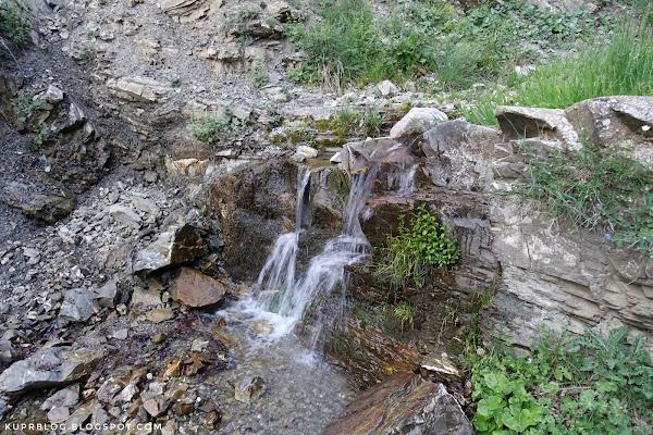 Небольшой ручей с чистейшей водой на пути вверх
