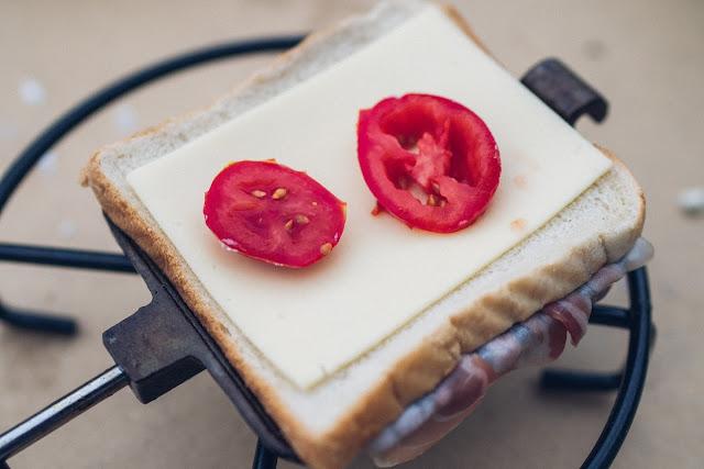 Pie-Iron  Sandwicheisen  Schinken-Käse-Sandwich mit Bacon  Sandwiches am Lagerfeuer  Outdoor-Kitchen 06
